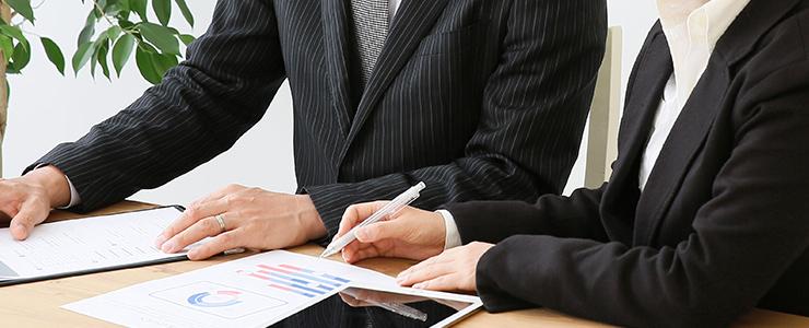 銀行融資の説明を受ける男性経営者