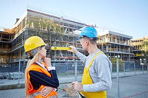 建設現場で仕事をする人