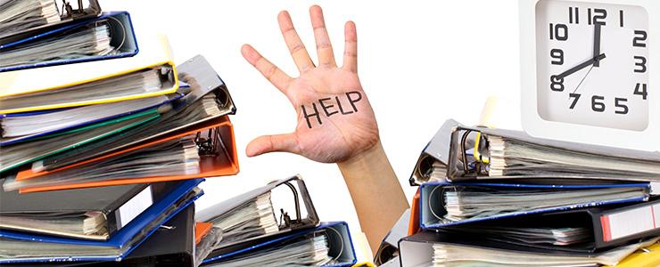 仕事が山積みで助けを求める人