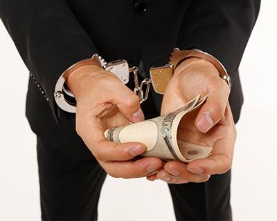 不正受給で逮捕される人