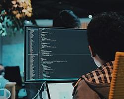 納期に追われるプログラマー