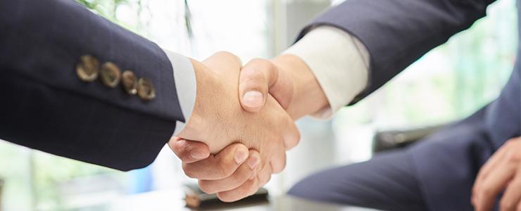 握手を交わす経営者たち